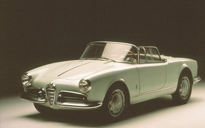 <p>This is a 750 or Giulietta Spider, note chrome strip goes <strong>down</strong> bonnet
