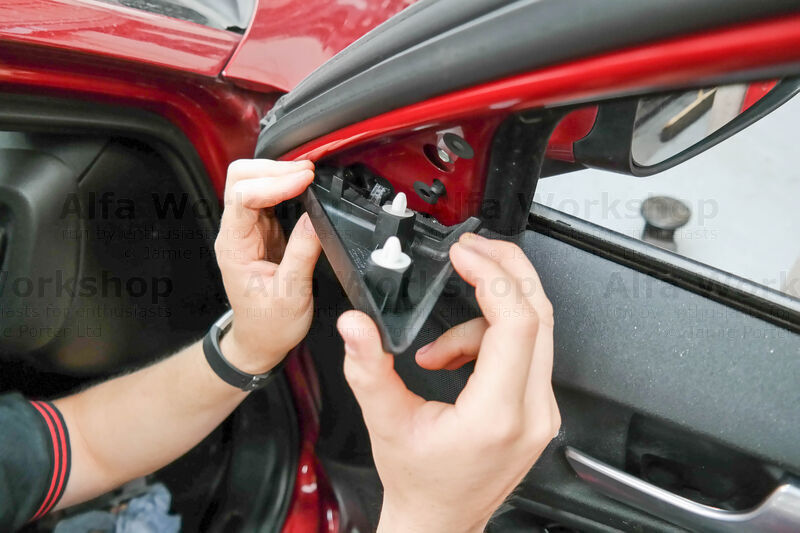 Replacing The Right Hand Interior Door Handle On A Giulietta